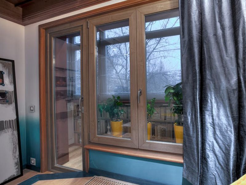 Квартирный вопрос. гостиная с синим полом. окна и двери..